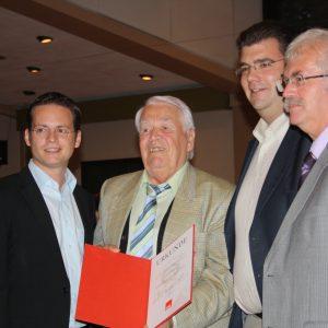 Tobias Eckert, Peter Rompf und Helmut Jung gratulieren Erich Meffert zu 60 Jahren SPD-Mitgliedschaft