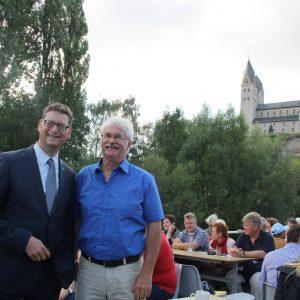 Torsten Schäfer-Gümbel und der Landratskandidat Helmut Jung inormieren sich über die Zukunft der Lahn