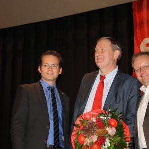 Tobias Eckert und Dr. Stephan Wetzel gratulieren dem Kandidaten