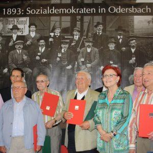 Länger als 60 Jahre Mitglied - eine Ehrenurkunde für die treuen Genossen