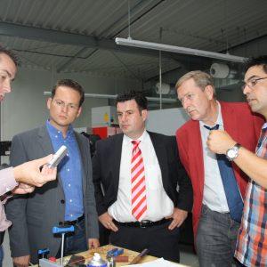 Thorsten Meuser zeigt den interessierten Besuchern eine Linse