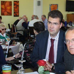 Hans Eichel im Gespräch mit Bewohnern des Sozialzentrums